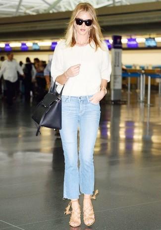 Как и с чем носить: белая кофта с коротким рукавом, голубые джинсы-клеш, светло-коричневые замшевые босоножки на каблуке, черная кожаная сумка-саквояж