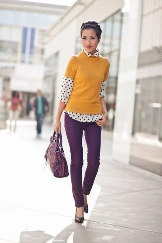 Модный лук: Горчичная кофта с коротким рукавом, Бело-черная шифоновая классическая рубашка в горошек, Темно-пурпурные джинсы скинни, Темно-пурпурные кожаные туфли