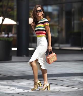 Как и с чем носить: разноцветная кофта с коротким рукавом в горизонтальную полоску, белая юбка-карандаш с рюшами, золотые кожаные туфли, разноцветная кожаная сумочка