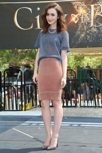 Как и с чем носить: серая кофта с коротким рукавом, оранжевая вязаная юбка-карандаш, серые кожаные туфли с украшением, золотое колье