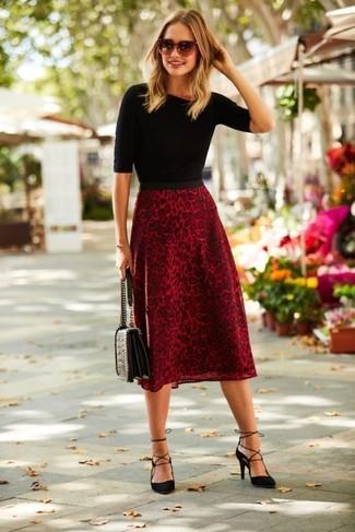 Как и с чем носить: черная кофта с коротким рукавом, красная юбка-миди с леопардовым принтом, черные замшевые туфли, черная кожаная стеганая сумка-саквояж