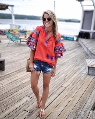 Как и с чем носить: красная блуза-крестьянка с вышивкой, синие джинсовые рваные шорты, светло-коричневые кожаные вьетнамки, светло-коричневая кожаная сумка через плечо