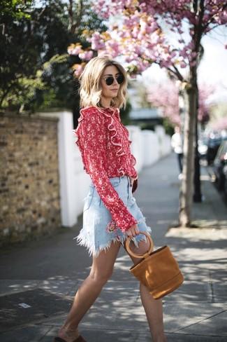 Как и с чем носить: красная блузка с длинным рукавом с принтом, голубая джинсовая мини-юбка, красные замшевые сандалии на плоской подошве, табачная замшевая большая сумка