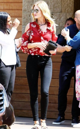 Как и с чем носить: красная блузка с длинным рукавом с цветочным принтом, черные джинсы скинни, черные кожаные сандалии на плоской подошве, черный кожаный клатч