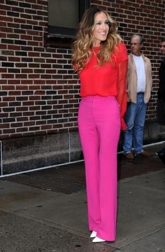 Как Sarah Jessica Parker носит Красная блузка с длинным рукавом, Ярко-розовые широкие брюки, Белые кожаные туфли