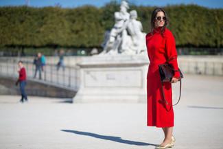 Как и с чем носить: красная водолазка, красная юбка-миди, золотые кожаные балетки, темно-красная кожаная большая сумка