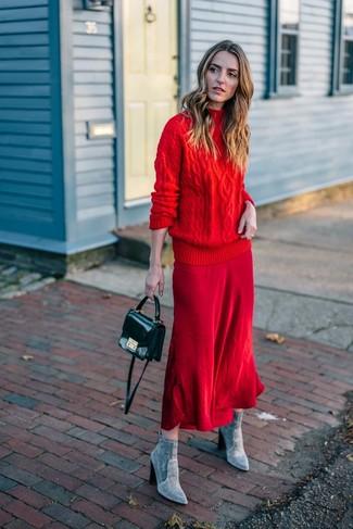 Как и с чем носить: красная вязаная водолазка, красная юбка-миди, серые замшевые ботильоны, черная кожаная сумка через плечо
