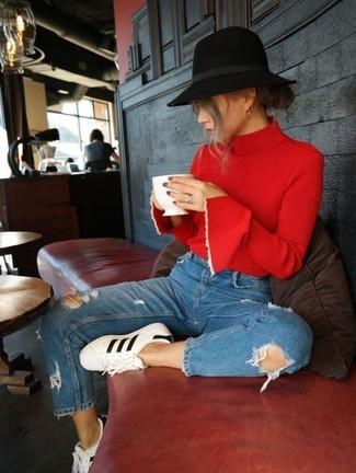Как и с чем носить: красная водолазка, синие рваные джинсы, бело-черные кожаные низкие кеды, черная шерстяная шляпа