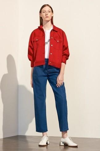 Как и с чем носить: красная джинсовая куртка, бело-черная футболка с круглым вырезом с принтом, синие джинсовые широкие брюки, белые кожаные оксфорды