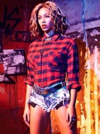 Как и с чем носить: красная классическая рубашка в шотландскую клетку, голубые джинсовые шорты, черный кожаный ремень с украшением, серебряное колье