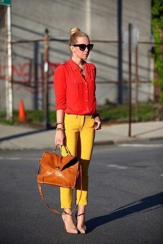 Как и с чем носить: красная классическая рубашка, желтые узкие брюки, бежевые кожаные туфли, светло-коричневая кожаная сумка-саквояж