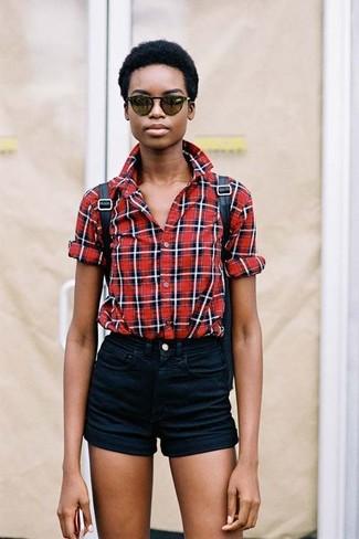 Как и с чем носить: красная классическая рубашка в шотландскую клетку, черные джинсовые шорты, черный кожаный рюкзак, темно-зеленые солнцезащитные очки