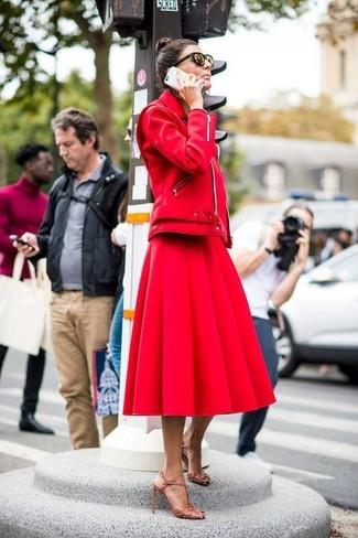 Как и с чем носить: красная кожаная косуха, красная пышная юбка, светло-коричневые кожаные босоножки на каблуке