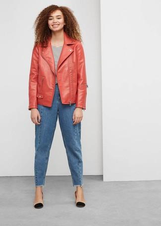 Как и с чем носить: красная кожаная косуха, бело-черная футболка с круглым вырезом в горизонтальную полоску, синие джинсы-бойфренды, черно-светла-коричневые кожаные туфли