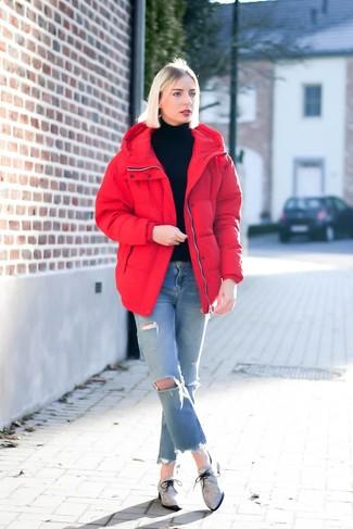 Как и с чем носить: красная куртка-пуховик, черная водолазка, голубые рваные джинсы, серые оксфорды из плотной ткани