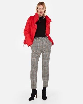 Как и с чем носить: красная куртка-пуховик, черная водолазка, серые брюки-галифе в шотландскую клетку, черные замшевые ботильоны