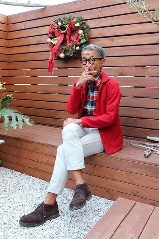 Как и с чем носить: красная куртка-рубашка, бело-красно-синяя рубашка с длинным рукавом в шотландскую клетку, белые джинсы, темно-коричневые замшевые ботинки дезерты