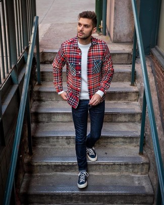 Как и с чем носить: красная куртка-рубашка в шотландскую клетку, белый свитер с круглым вырезом, темно-синие джинсы, темно-синие низкие кеды из плотной ткани