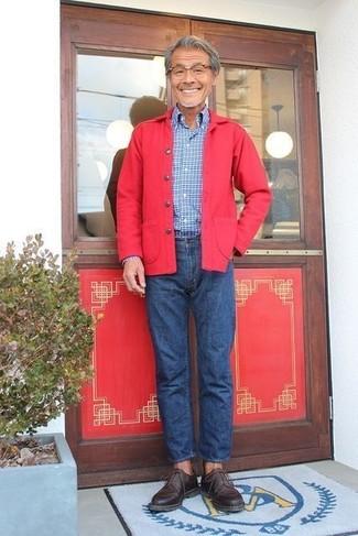 Как и с чем носить: красная куртка-рубашка, синяя рубашка с длинным рукавом в клетку, синие джинсы, темно-коричневые кожаные туфли дерби