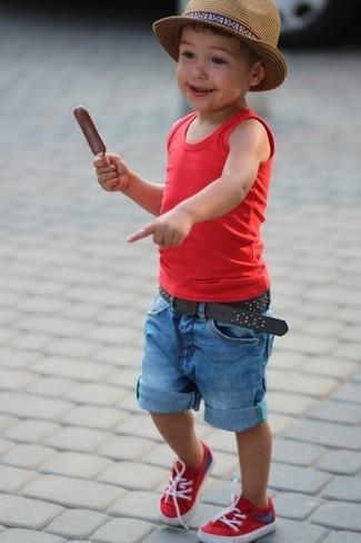 Как и с чем носить: красная майка, синие джинсовые шорты, красные кеды, светло-коричневая шляпа