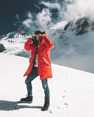 Как и с чем носить: красная парка, белый свитер с круглым вырезом, синие джинсы, черный зимние ботинки