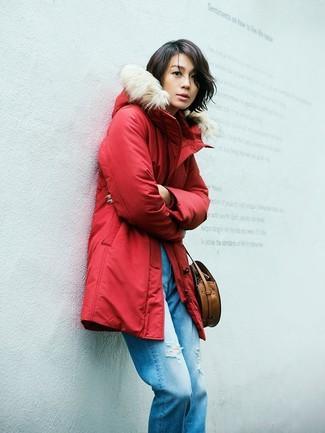 Как и с чем носить: красная парка, синие рваные джинсы-бойфренды, коричневая кожаная сумка через плечо