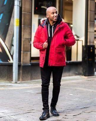 Мужские луки: Если этот день тебе предстоит провести в движении, сочетание красной парки и черных джинсов поможет создать комфортный лук в расслабленном стиле. Думаешь добавить в этот ансамбль толику строгости? Тогда в качестве обуви к этому луку, выбери черные кожаные ботинки дезерты.