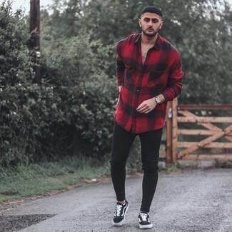 Модный лук: красная фланелевая рубашка с длинным рукавом в мелкую клетку, черные рваные зауженные джинсы, черно-белые низкие кеды из плотной ткани, золотые часы