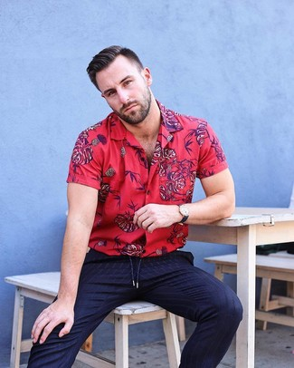 Как и с чем носить: красная рубашка с коротким рукавом с цветочным принтом, темно-синие классические брюки в вертикальную полоску, черные кожаные часы