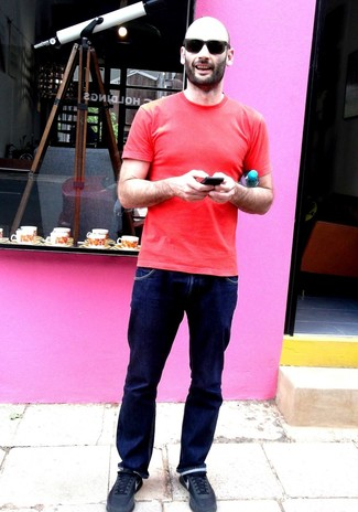 Как и с чем носить: красная футболка с круглым вырезом, темно-синие джинсы, черные кроссовки, черные солнцезащитные очки