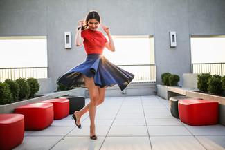 Как и с чем носить: красная футболка с круглым вырезом, темно-синяя короткая юбка-солнце, черные кожаные босоножки на танкетке