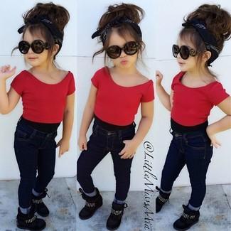 Как и с чем носить: красная футболка, темно-синие джинсы, черные кеды