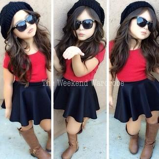 Как и с чем носить: красная футболка, черная юбка, коричневые ботинки, черная шапка