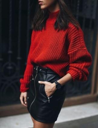 Как и с чем носить: красная шерстяная вязаная водолазка, черная кожаная мини-юбка, черные часы