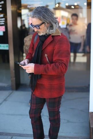 Как и с чем носить: красная шерстяная куртка-рубашка в клетку, красно-черные брюки чинос в шотландскую клетку, черный шарф