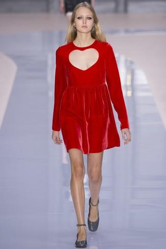 Как и с чем носить: красное бархатное платье прямого кроя, серые кожаные туфли