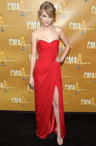 Как Taylor Swift носит Красное вечернее платье, Бежевые кожаные босоножки на каблуке, Серебряные серьги