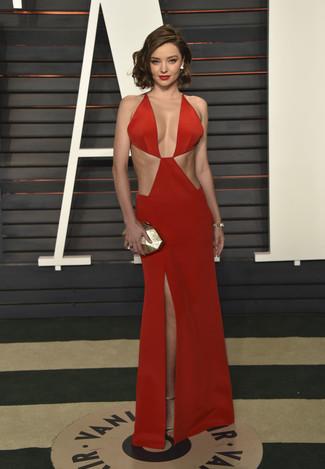 Как Miranda Kerr носит Красное вечернее платье с вырезом, Золотые кожаные босоножки на каблуке, Золотой клатч, Золотой браслет