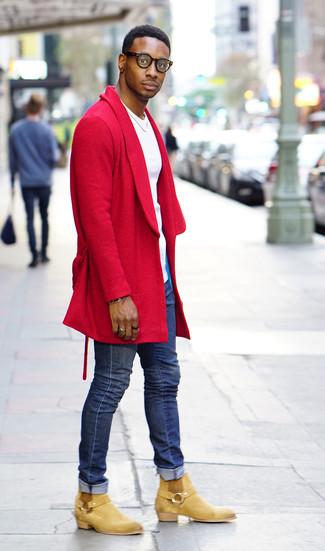 Как и с чем носить: красное длинное пальто, белая футболка с круглым вырезом, синие зауженные джинсы, светло-коричневые замшевые ботинки челси