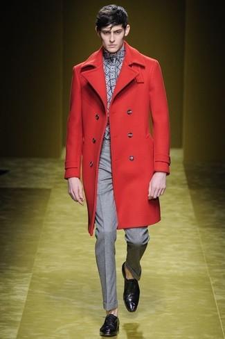 Как и с чем носить: красное длинное пальто, серая рубашка с длинным рукавом с геометрическим рисунком, серые классические брюки, темно-пурпурные кожаные оксфорды