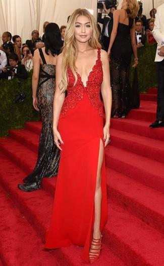 Как Gigi Hadid носит Красное кружевное вечернее платье, Красные замшевые туфли с вырезом