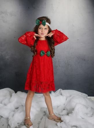 Как и с чем носить: красное кружевное платье, золотые босоножки, зеленый ободок/повязка