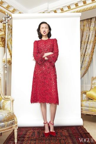 Как и с чем носить: красное кружевное платье-миди, красные замшевые туфли