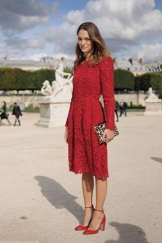 Как и с чем носить: красное кружевное платье с плиссированной юбкой, красные кожаные туфли, светло-коричневый замшевый клатч с леопардовым принтом