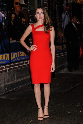 Как Allison Williams носит Красное облегающее платье, Черные кожаные босоножки на каблуке