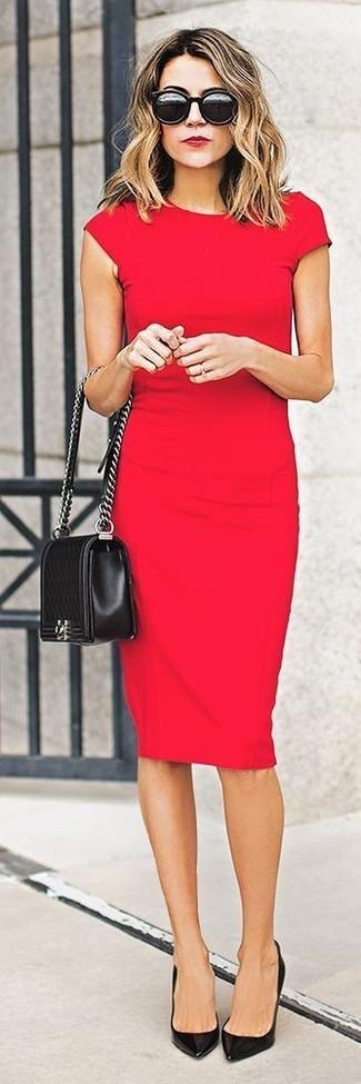 Красное облегающее платье можно надеть как на учебу, так на прогулку с друзьями. Черные кожаные туфли добавят элемент классики в твой образ.