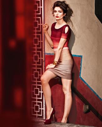 Как и с чем носить: красное омбре облегающее платье, темно-красные замшевые туфли, золотой браслет