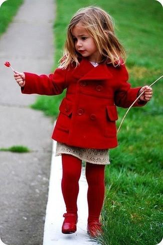 Как и с чем носить: красное пальто, бежевая юбка, красные балетки, красные колготки