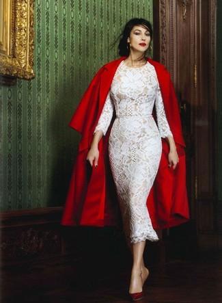Как Monica Bellucci носит Красное пальто, Белое кружевное платье-миди, Темно-красные кожаные туфли