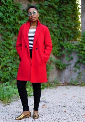 Как и с чем носить: красное пальто, бело-темно-синяя футболка с круглым вырезом в горизонтальную полоску, черные джинсы скинни, золотые кожаные лоферы